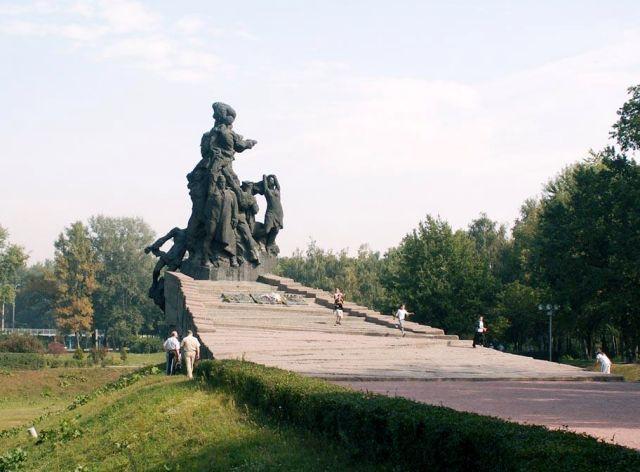 Монумент у кромки Бабьего Яра