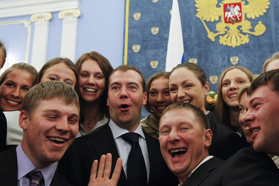 Russian President Dmitry Medvedev (C) poses for an informal group photograph with members of Russia's synchronised swimming and rowing teams during an awards ceremony at the Gorki presidential residence outside Moscow November 22, 2011. REUTERS/Denis Sinyakov (RUSSIA - Tags: POLITICS SPORT OLYMPICS TPX IMAGES OF THE DAY)