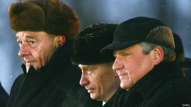 10 лет назад проблем в общении не было (слева направо: Жак Ширак, Владимир Путин и Александр Квасьневский в Освенциме в 2005 г.)