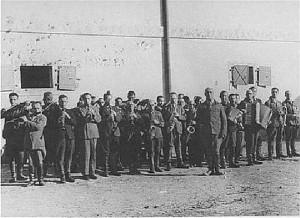 """Во время пыток, истязаний и расстрелов в концентрационном лагере """"Яновский"""" (г.Львов) всегда играла музыка. Оркестр состоял из заключенных, они играли одну и ту же мелодию — """"Танго смерти"""""""