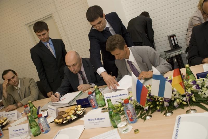 Первый генеральный директор Е4 Петр Безукладников (справа) руководил компанией три года. Нынешний президент Группы Е4 Андрей Малышев (слева) возглавил компанию в сентябре 2012 года