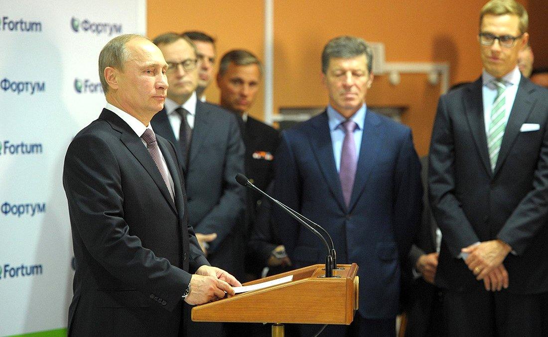 Президент России Владимир Путин (справа) и президент Финляндии Саули Ниинисте (слева) на церемонии официального открытия Няганской ГРЭС в сентябре 2013 года