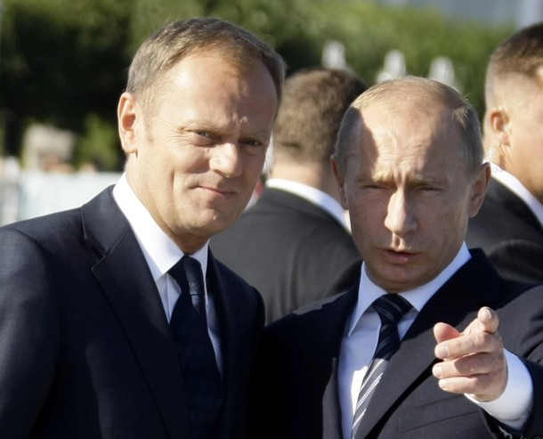 Poland's Prime Minister Donald Tusk and Russia's Prime Minister Vladimir Putin (R) chat as they walk along a pier in Sopot September 1, 2009. REUTERS/Peter Andrews (POLAND POLITICS)