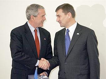 премьер-министр Эстонии Андрус Ансип подарил Бушу телефон Skype, символизирующий достижения Эстонии