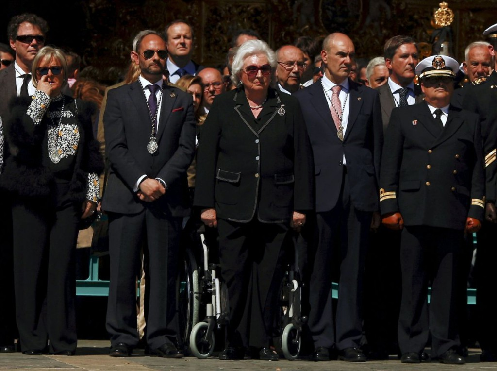 "Spanish Infanta Pilar de Borbon (C), aunt of Spain's King Felipe, watches Spanish legionnaires carrying a statue of the Christ of Mena (not pictured) during a ceremony before ""Mena"" brotherhood procession in Malaga, southern Spain, March 24, 2016. Picture taken March 24, 2016. REUTERS/Jon Nazca"