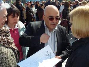 Казым Сериндаг с пикетчиками под Донецким горсоветом