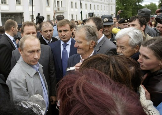 Russian Prime Minister Vladimir Putin (L) meets people in the town of Pikalyovo, in Leningrad region, about 270 kilometres (168 miles) from Russia's northern city of St.Petersburg, June 4, 2009. Putin visited Pikalyovo, where workers are living in poverty after the town's three main employers stopped production.  REUTERS/RIA Novosti/Alexei Nikolsky/Pool  (RUSSIA POLITICS BUSINESS EMPLOYMENT SOCIETY)