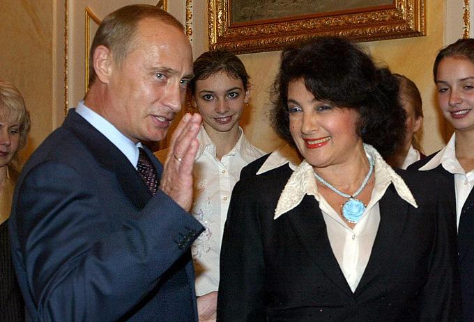 Russian President Vladimir Putin (L) tal