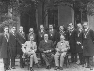 Президиум Третьей Государственной думы (сидит в центре М.В.Родзянко - председатель; слева от него В.М. Волконский - товарищ председателя) с думскими приставами