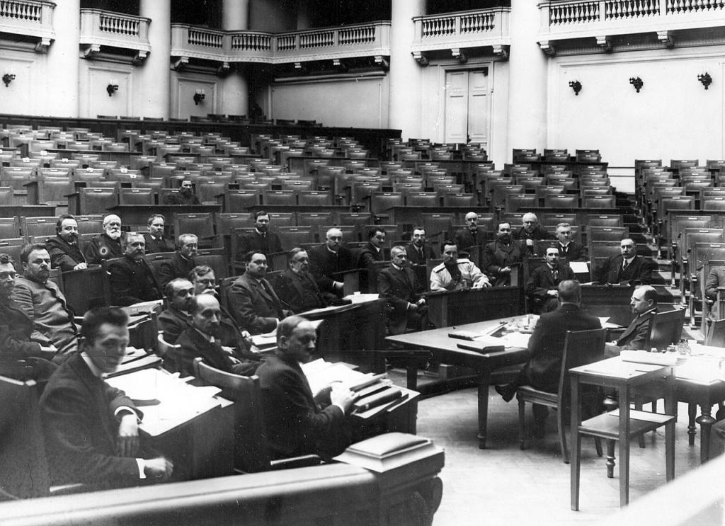 Заседание одной из думских комиссий в Четвертой Государственной думе ; сидит первый слева в первом ряду А.Ф.Керенский