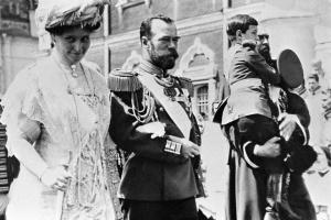 Император Николай II, императрица Александра Федоровна и цесаревич Алексей (на руках ) в Кремле. Празднование 300-летия Дома Романовых.