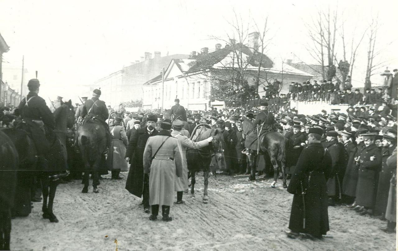 Толпы народа и полиция на Шпалерной улице во время открытия заседания Второй Государственной думы