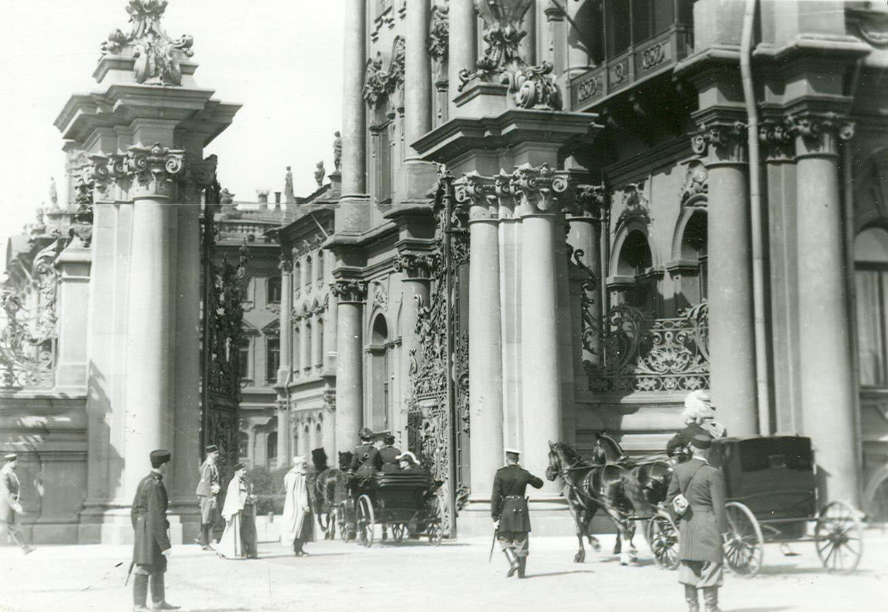 Въезд депутатов Второй Государственной думы в ворота сада у Зимнего дворца. Открытие и первое заседание II Государственной Думы 20 февраля 1907 г.
