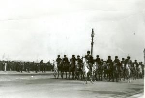 Лейб - гвардии Атаманский полк сопровождает императора Николая II Зимний дворец в день приема депутатов Второй Государственной думы