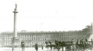 Царская карета проезжает по Дворцовой площади к Зимнему дворцу