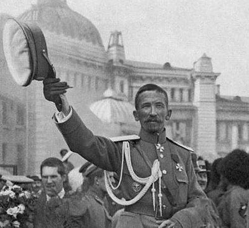 Генерал Л.Г. Корнилов приветствует москвичей, стоя в автомобиле. 1917 г.