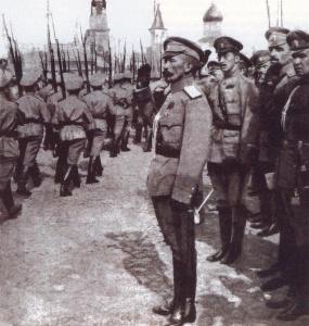 Лавр_Корнилов_принимает_смотр_1917