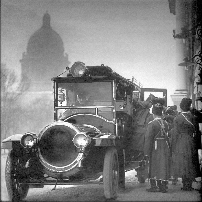 Николай II перед зданием, где размещался Правительствующий Сенат и Святейший Синод. 1911 г. Фото : Булла