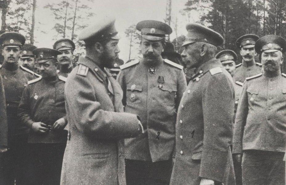 Император Николай II (слева) беседует с генералом Рузским (справа). В центре генерал-лейтенант Янушкевич. 1914 год