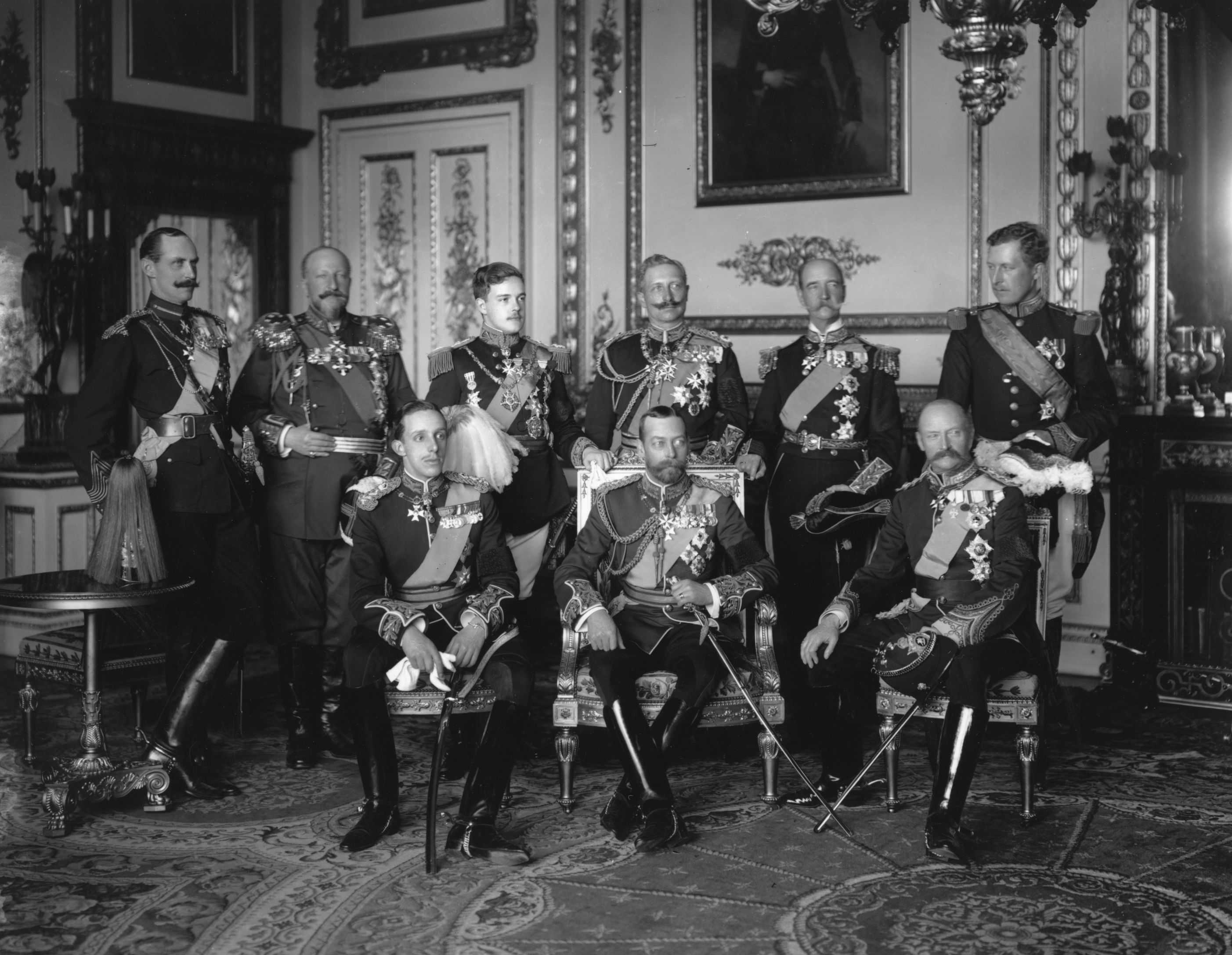 May 1910: Nine Kings assembled at Buckingham Palace for the funeral of Edward VII, the Father of George V (centre). From left to right, back row: Haakon VII of Norway, Ferdinand I of Bulgaria, Manuel II of Portugal, Wilhelm II of Germany, George I of Greece and Albert I Of Belgium. Front row: Alphonso XIII of Spain, George V and Frederick VIII of Denmark. (Photo by W. & D. Downey/Getty Images) Встреча европейских монархов накануне Первой мировой войны. На заднем плане в центре - германский кайзер Вильгельм II. На заднем плане крайний справа - король Бельгии Альберт I.