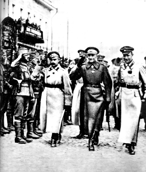 А.В.Колчак на параде в Омске. 1919г. (Предположительно слева стоят в пилотках чехословаки)