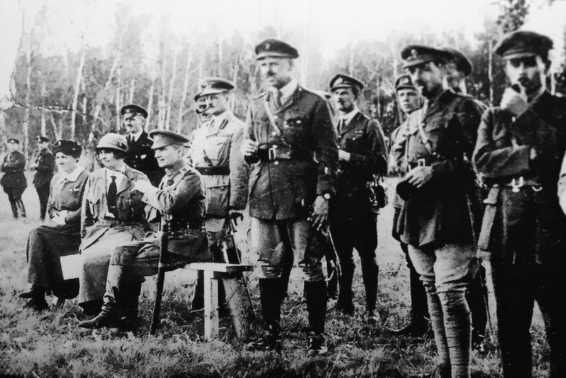 А.В.Колчак и А.В.Тимирева (сидят), генерал Альфред Нокс (стоит сзади Колчака) с группой английских офицеров в районе Омска.