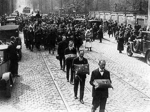 """Похороны барона Врангеля. 1928 г.Источник изображения: Борис Соколов. """"Врангель"""""""