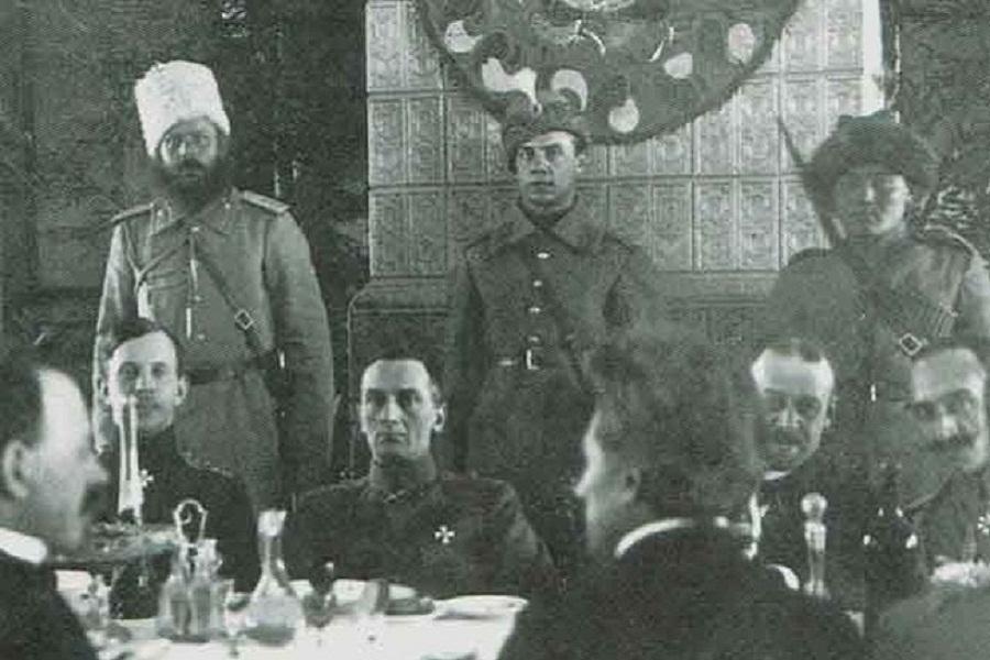 Верховный правитель А. В. Колчак среди представителей общественности на банкете в Екатеринбурге, февраль 1919 г.