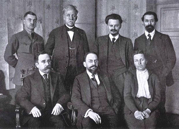 Советская делегация в Бресте. Сидят, слева направо: Каменев, Иоффе, Биценко. Стоят, слева направо: Липский, Стучка, Троцкий, Карахан.