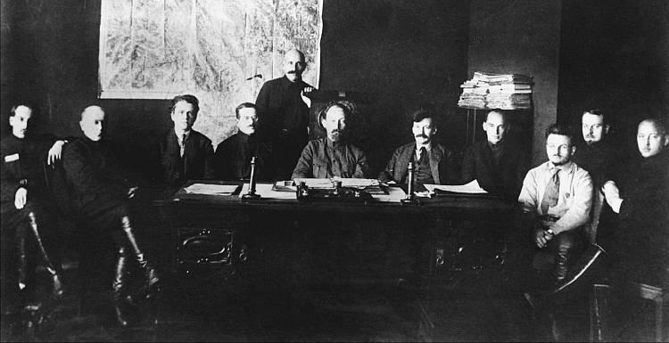 Заседание Коллегии ОГПУ, 1922 г. 1-й (слева направо) – Г. Г. Ягода, 2-й – С. А. Мессинг, 3-й – Я. Х. Петерс, 4-й – И. С. Уншлихт, 5-й – А. Я. Беленький, 6-й – Ф. Э. Дзержинский, 7-й – В. Р. Менжинский, 8-й – Г. И. Бокий, 9-й – А. Х. Артузов, 10-й – Г. И. Благонравов (из фондов РГАСПИ)., ., Ист.: Спецслужбы России за 1000 лет. Глава 15 В огне гражданской войны