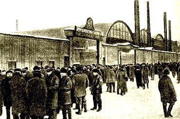Бастующие рабочие у ворот Путиловского завода. Январь 1905 г. Ист.: М. С. Пазин. Кровавое воскресенье. За кулисами трагедии. — «Эксмо», 2009.