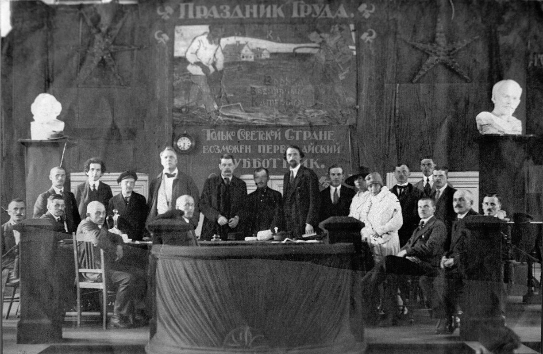 Максим Горький в президиуме торжественного собрания, посвященного празднованию 1 Мая. Петроград, 1920 год