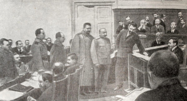 Охрана выводит из зала заседаний IV Государственной Думы депутата-большевика Г. И. Петровского. Фотография 1914 года.