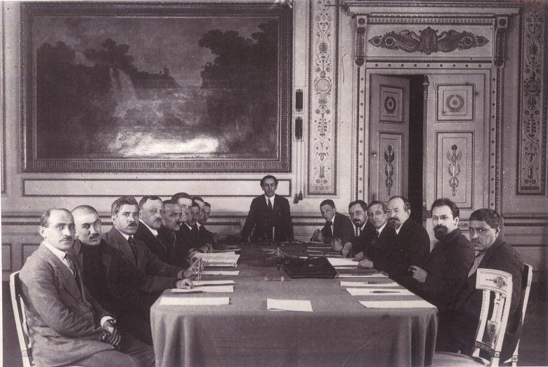Чичерин (третий справа) во время подписания Московского договора о «дружбе и братстве» с Турцией. 1921