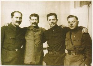 1024px-Kaganovich_stalin_postyshev_voroshilov1934