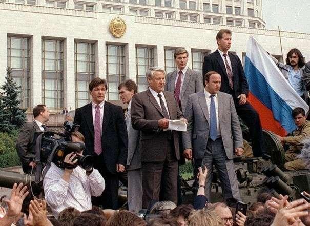 Борис Ельцин (слева), Александр Коржаков и Виктор Золотов у Белого дома в августе 1991 года.