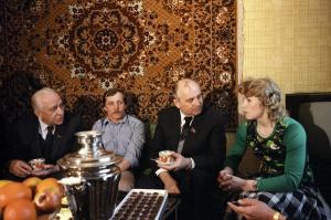 Генсек ЦК КПСС Горбачев и первый секретарь МГК КПСС В.В. Гришин в гостях у московской семьи. Фото: ИТАР-ТАСС