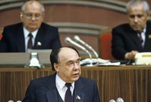 Член Политбюро, секретарь ЦК КПСС Александр Николаевич Яковлев открыто заявил что в январе 1987 года встал вопрос о смене общественного строя в стране