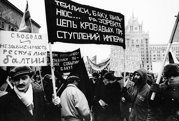 Митинг за отделение союзных республик от России на площади Маяковского, 1990 год Фото: «Огонек»