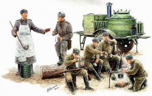 Советские солдаты обедают у полевой кухни (Рис. Андрей Каращук)
