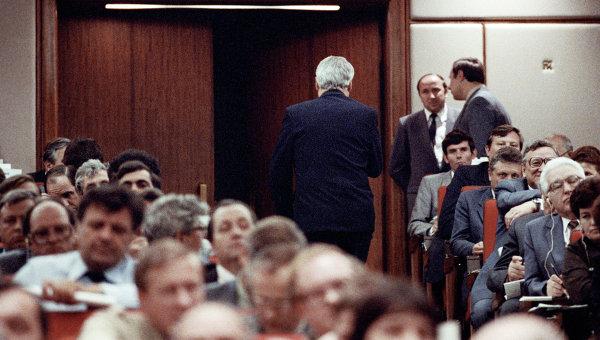 Делегат XXVIII съезда КПСС, Председатель Верховного Совета РСФСР Борис Николаевич Ельцин покидает зал заседания после заявления о выходе из партии