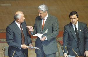 Заклятые враги Михаил Горбачёв и Борис Ельцин выполнили, однако, общую роль по развалу Советского Союза