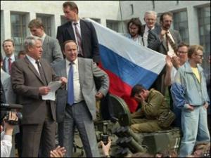 Борис Ельцин на танке во время Августовского путча 1991. Борис Ельцин (слева), Александр Коржаков и Виктор Золотов у Белого дома в августе 1991 года.
