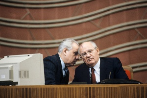 Анатолий Лукьянов и Михаил Горбачев (слева направо) Фото: Борис Кауфман / РИА Новости
