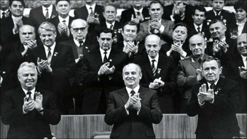 Егор Лигачев, Михаил Горбачев, Андрей Громыко, Борис Ельцин и другие на мартовском Пленуме ЦК КПСС 1985 года, где Горбачев был избран генеральным секретарем ЦК КПСС