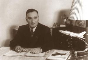 Aviakonstruktor-Aleksandr-Sergeevich-YAkovlev-za-rabochim-stolom