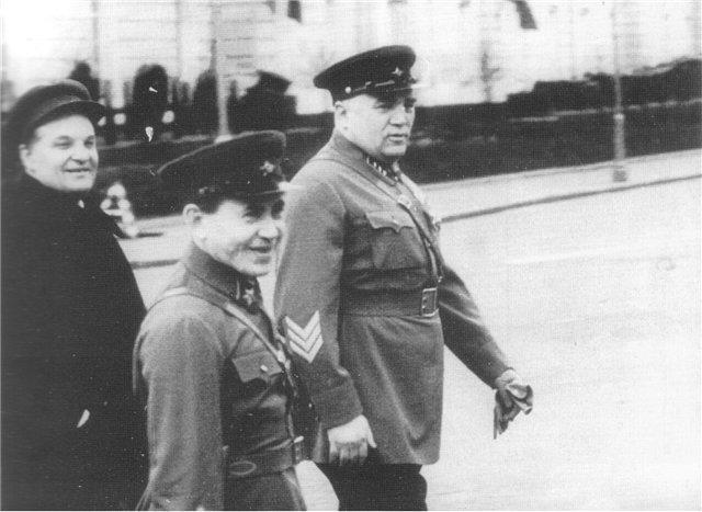 Фото из фондов РГАКФД. Шкирятов, Ежов и Фриновский по пути на Красную площадь. 1 мая 1938 года.