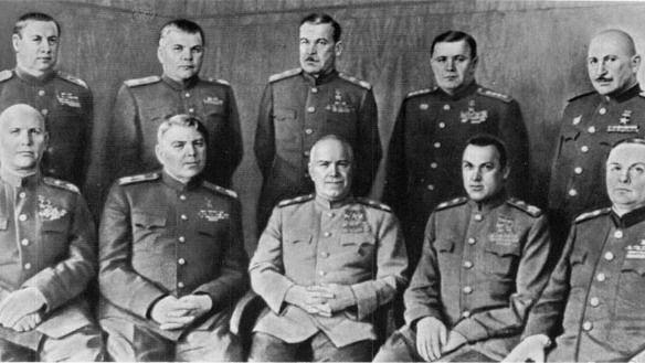 1-й ряд слева направо: Конев, Василевский, Жуков, Рокоссовский, Мерецков; 2 ряд: Толбухин, Малиновский, Говоров, Еременко, Баграмян.