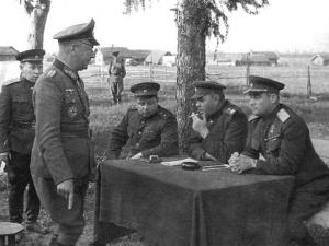 5-j-stalinskij-udar-V.-E.-Makarov-A.-M.-Vasilevskij-i-I.-D.-CHernyahovskij-doprashivayut-komandira-206-j-pehotnoj-divizii-A.-Hittera