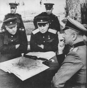 Генерал Черняховский участвует в допросе пленного немецкого генерала